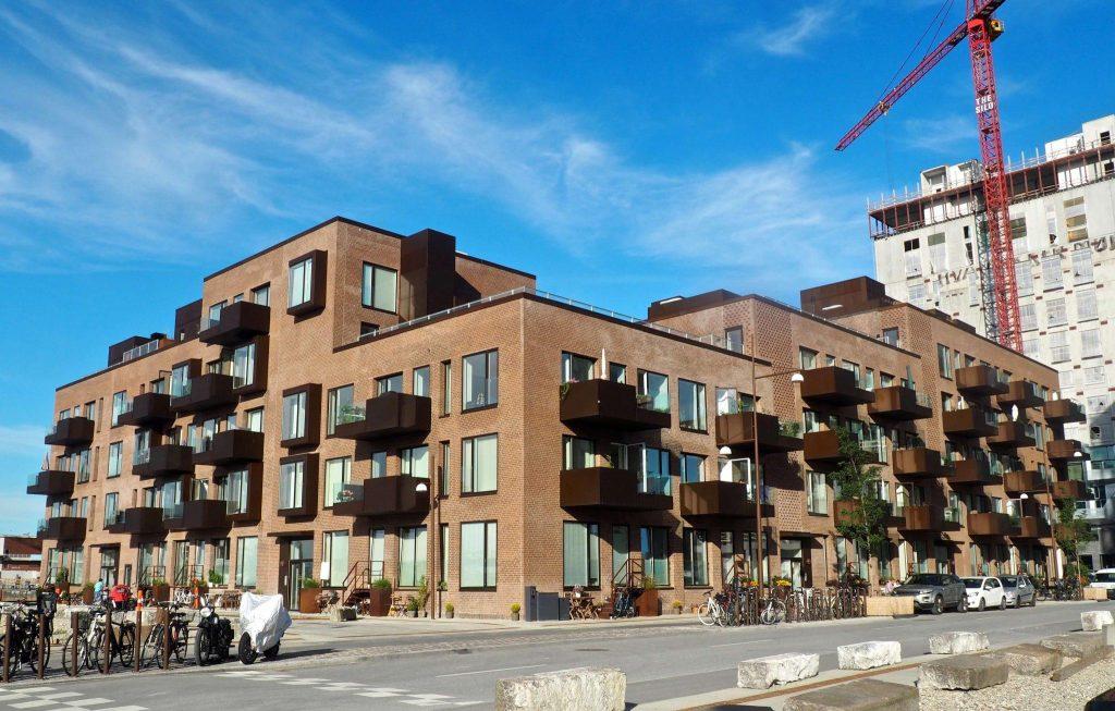 Byggefirma Køge, Sjælland, brun bygning med balkoner