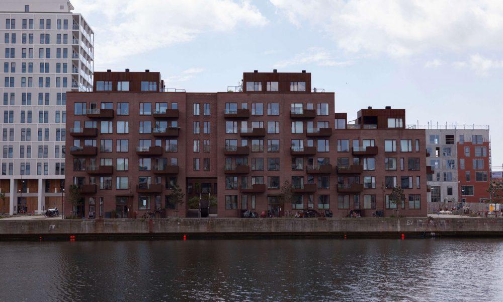 Entreprenørfirma Køge, Sjælland, facade af en bygning ud til vandet