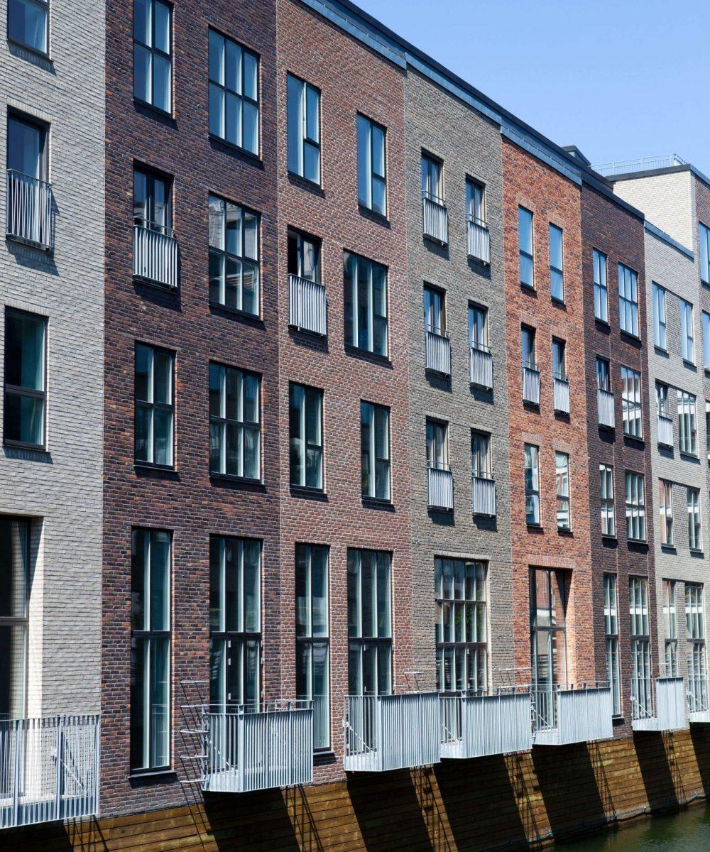 Entreprenørfirma Køge, Sjælland, facade af bygninger med forskellige mørke farver