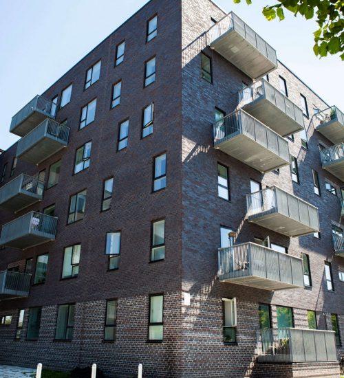 Entreprenørfirma Køge, Sjælland, facade af bygning med balkoner